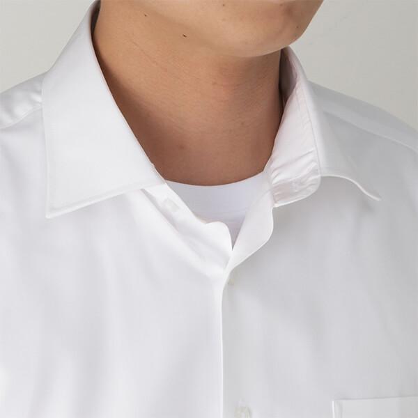 ワイシャツの襟元からTシャツが見えているイメージ画像